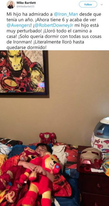 Papá comparte en Twitter que su hijo lloró hasta dormirse después de ver la muerte de Tony Stark en Avengers: Endgame; niño llora abrazando peluches de Iron Man