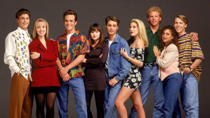 Grupo de chavos formados en fila posando para una fotografía, elenco Beverly Hills 90210
