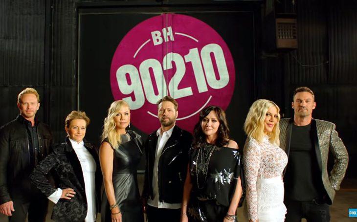 elenco Beverly Hills 90210 usando ropa formal posando para una fotografía