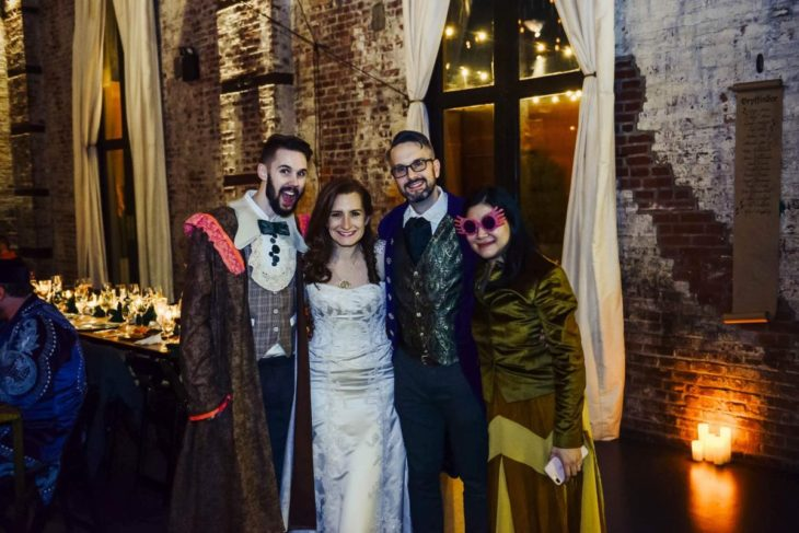 Novios se casan en boda inspirada en Harry Potter; novia vestida de blanco, novio con traje azul e invitados disfrazados de Ron Weasley y Luna Lovegood