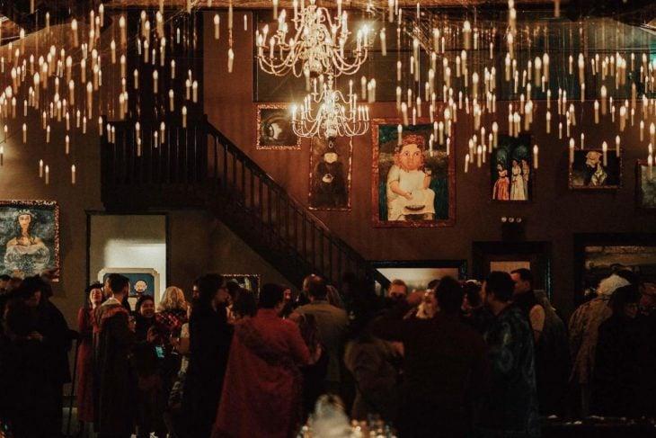 Novios se casan en boda inspirada en Harry Potter; pinturas que se mueven en la pared, velas colgadas del techo y candelabro