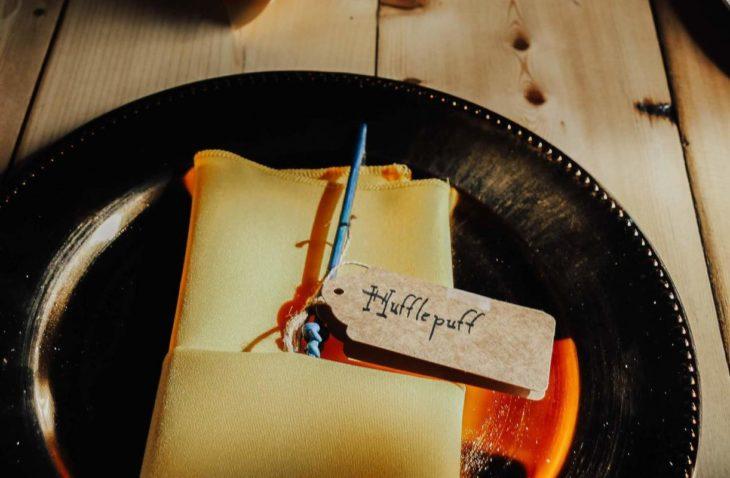Novios se casan en boda inspirada en Harry Potter; plato con varita de mago de la casa Hufflepuff