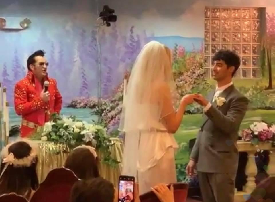 Sophie Turner y Joe Jonas contrayendo matrimonio en una capilla de Las Vegas