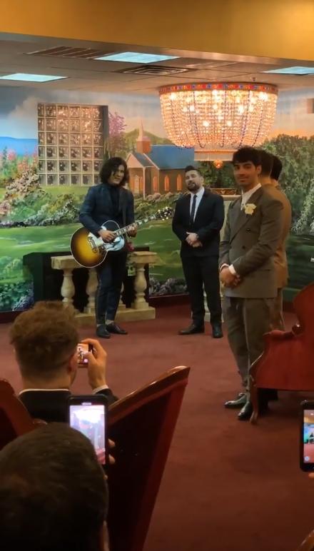 Joe Jonas y sus hermanos esperando en el altar de una capilla a Sophie Turner para la boda con Joe