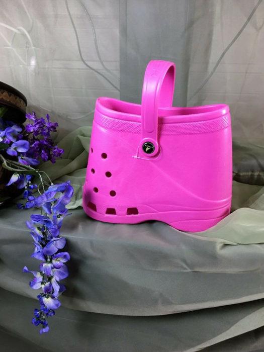 Bolsa inspirada en los zapatos crocs en color rosa