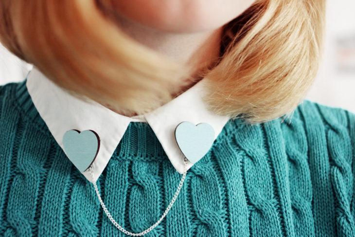 Collar tips; broches para cuello de camisa; corazones azules con cadena plateada