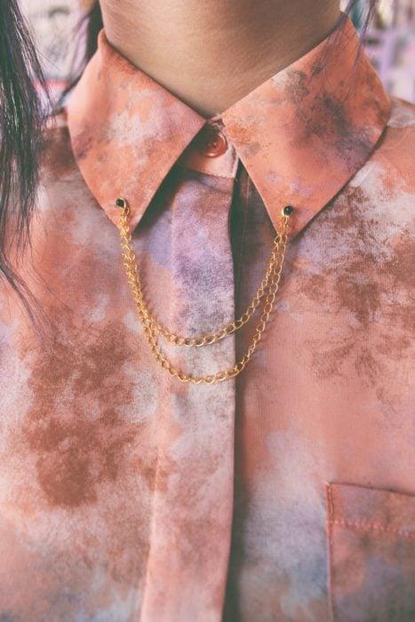 Collar tips; broches para cuello de camisa; blusa de colores rosa y morado, cadena dorada