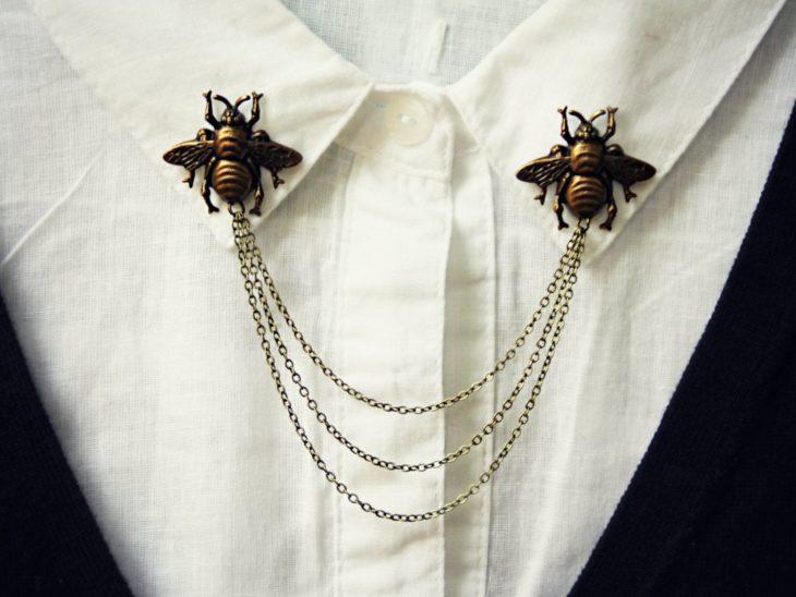 Collar tips; broches para cuello de camisa; pines de abejas doradas con tres cadenas