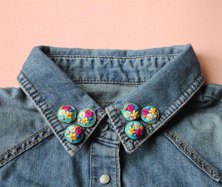 Collar tips; broches para cuello de camisa; pines de flores rosas, amarillas y blancas en cuello de chaqueta de mezclilla