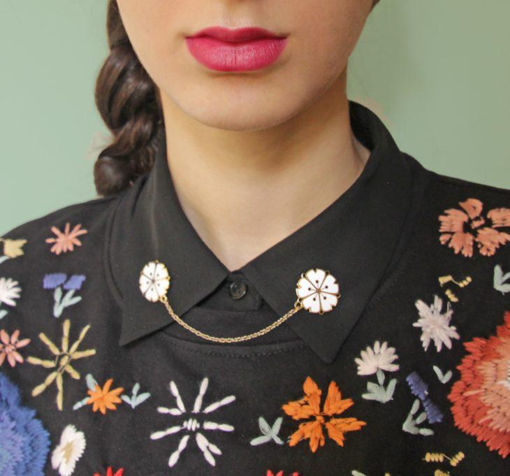 Collar tips; broches para cuello de camisa; pin de flores de cerezo blancas en camisa negra con flores tejidas