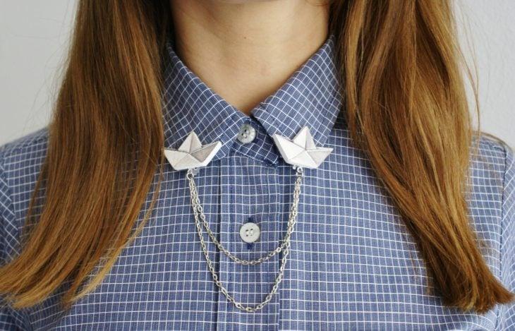 Collar tips; broches para cuello de camisa; pines de barcos de papel plateados con cadena