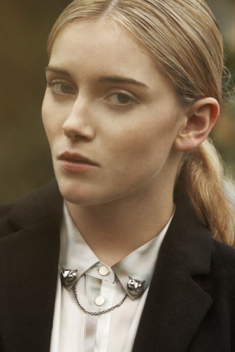Collar tips; broches para cuello de camisa; mujer rubia con peinado de cola de caballo con pines de búho plateado