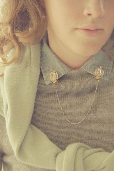Collar tips; broches para cuello de camisa; chica pelirroja con pines de diamante