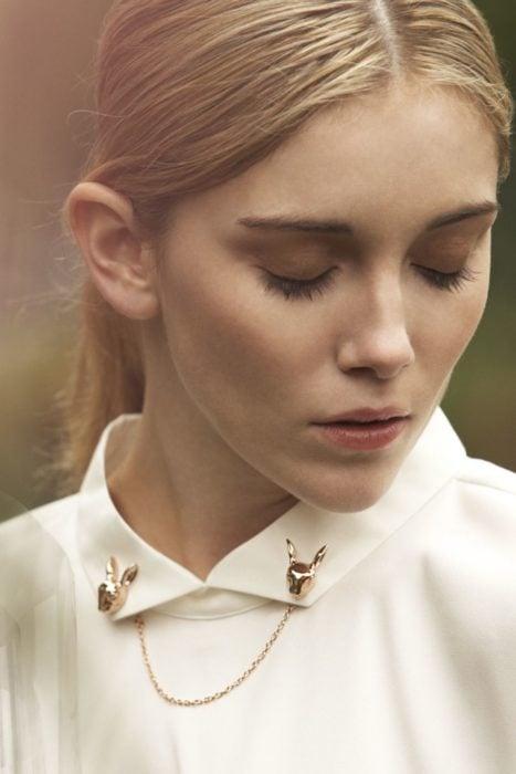 Collar tips; broches para cuello de camisa; mujer rubia con los ojos cerrados; pines de conejos dorados con cadena