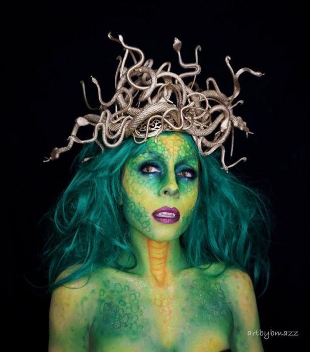 Brenna Mazzoni maquillada como Medusa en tonos verdes