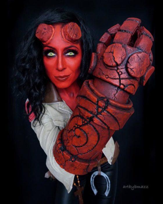 Brenna Mazzoni maquillada como Hell Boy