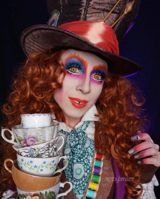 Brenna Mazzoni maquillada como El sombrerero loco de Alicia en el país de las maravillas