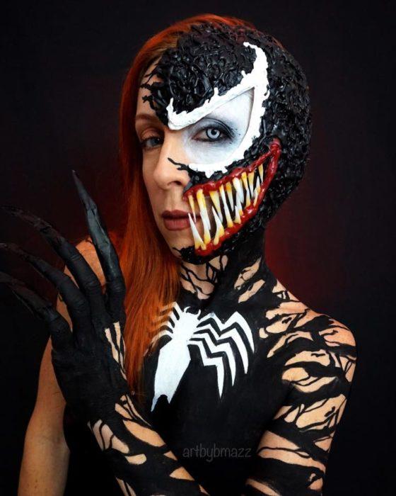 Brenna Mazzoni maquillada como Venom