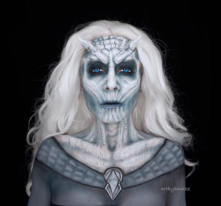 Brenna Mazzoni maquillada como El Rey de la Noche