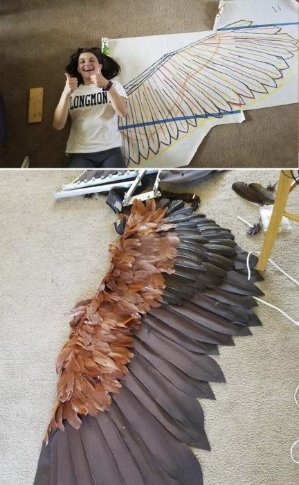 Chica siguiendo un tutorial para hacer unas alas movibles