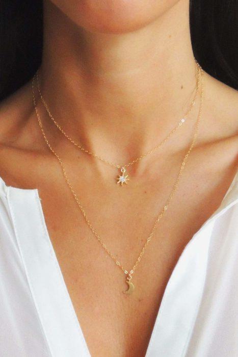 Chica usando un collar de luna y estrellas