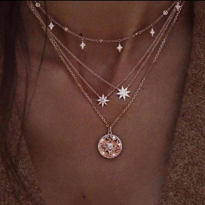 Chica usando un collar de color dorado con estrellas