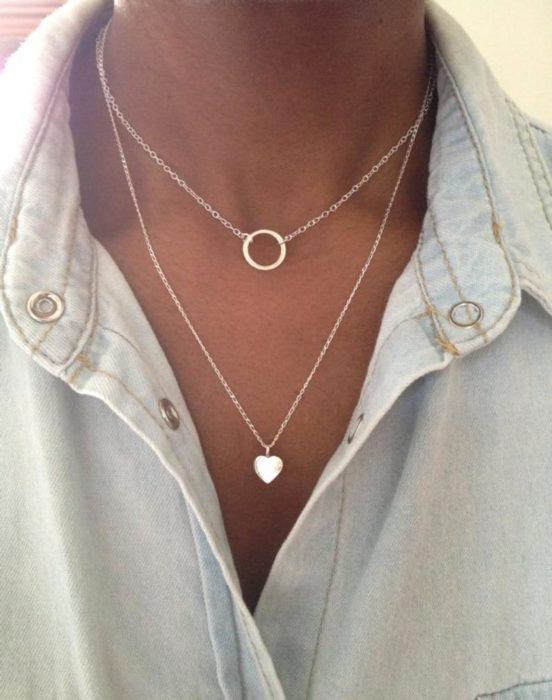 Chica usando un collar de color dorado con un corazón y un circulo