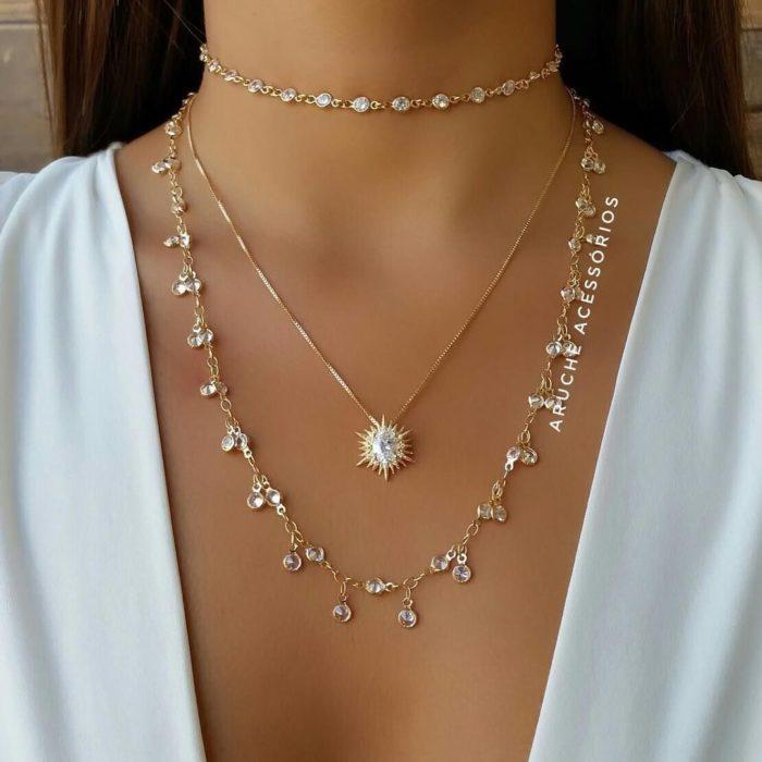 Chica con un collar de estrellas y perlas