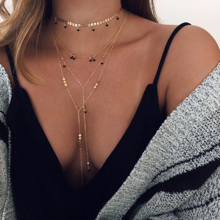 Chica usando un collar con corazones