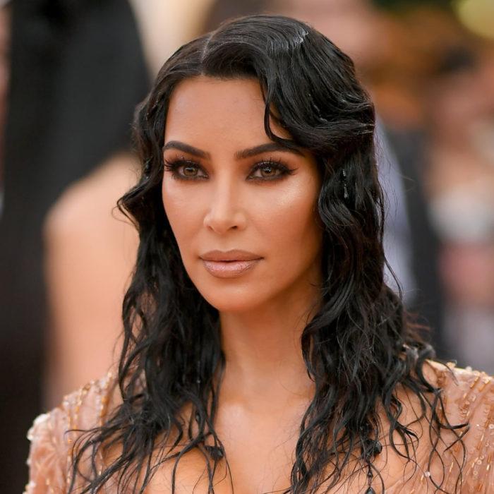 Kim Kardashian en Met Gala 2019 con corte de cabello midi, ondulado y color negro