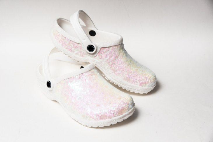 Crocs blancos con brillos rosas para usar en boda