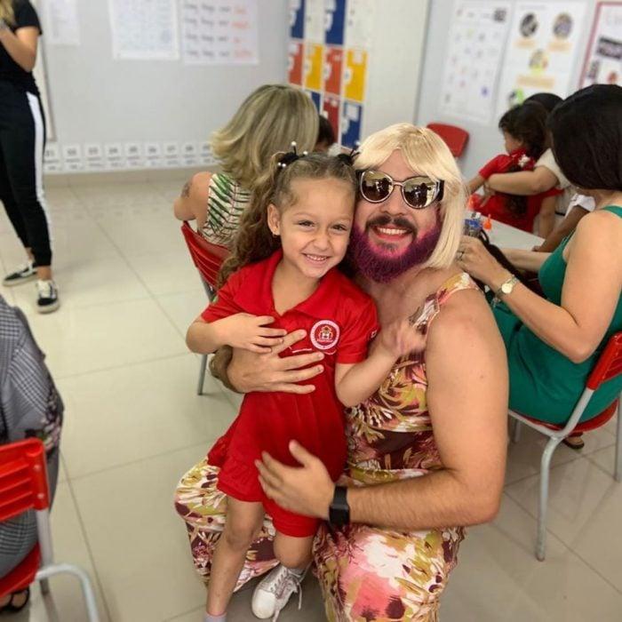 Daniel Correa, papá viudo de una niña, se disfraza de mujer para asistir al festival del Día de las Madres de la escuela, con barba rosa, peluca rubia y vestido floreado