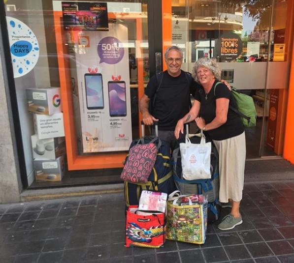 Debbie y Michael Campbell, pareja mayor de viajeros con maletas
