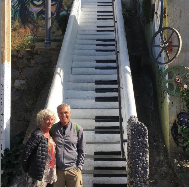 Debbie y Michael Campbell,pPareja de viajeros en las escaleras piano en Chile