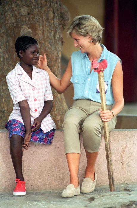Princesa Diana de Gales con niña africana