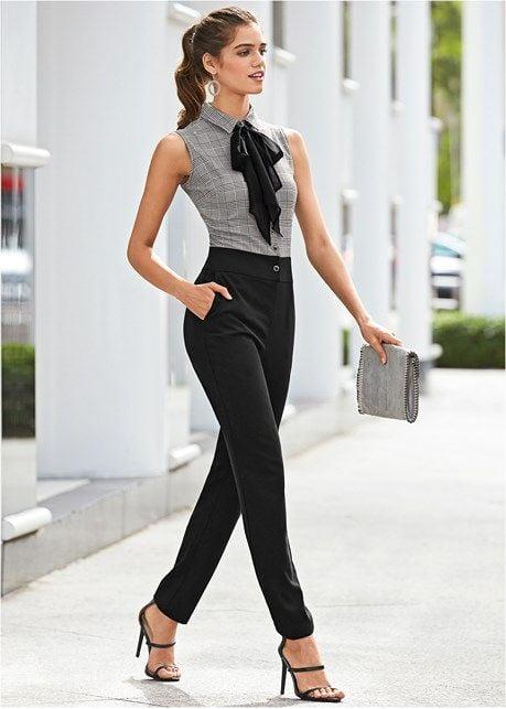 Mujer elegante y elegante caminando con su bolso en mano por la calle