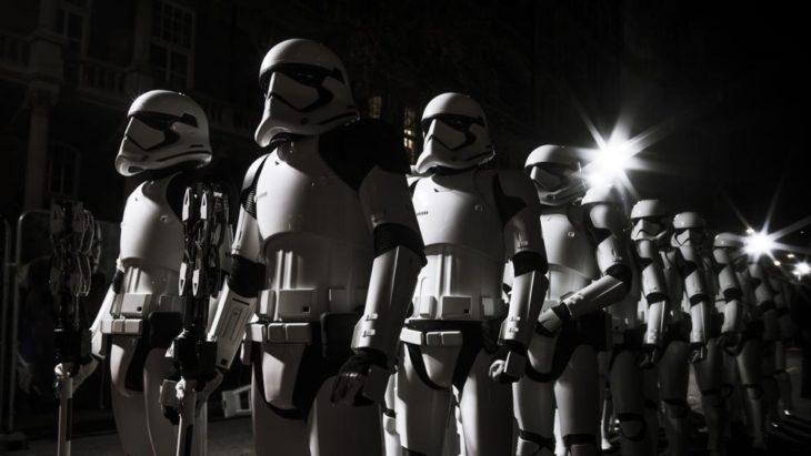 stompopers de Star Wars parados en fila durante una escena de la película