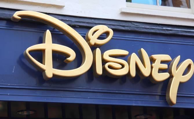 logo de Disney colgado en una de las entradas del parque