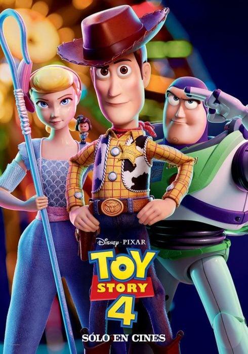 Portada del poster de la nueva película de Disney Toy Story 4 con woody, betty boo y buzz lightyear