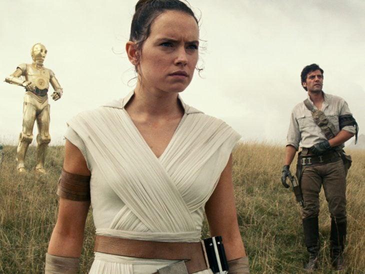 Escena de la película Star Wars: el último jedi. Personajes observando un punto fijo mientras están en una montaña
