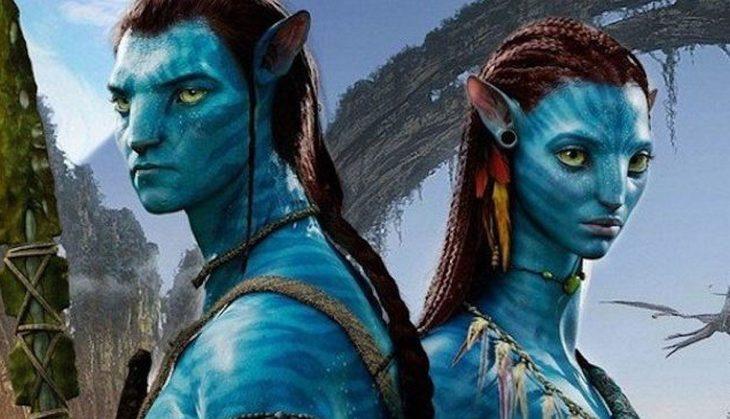 Escena de la película Avatar. Protagonistas pardos de espaldas mirando a un punto fijo