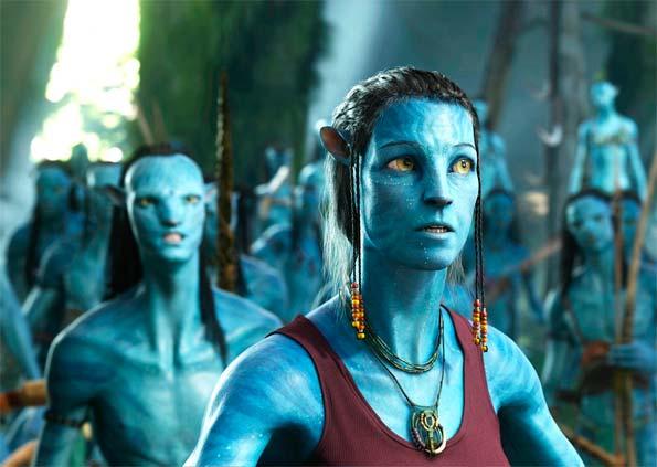 Escena de la película Avatar. Protagonistas pardos mirando a un punto fijo