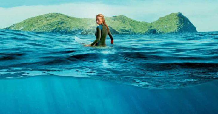 Chica sobre una tabla de surf en el mar, Blake Lively, escena película Miedo profundo