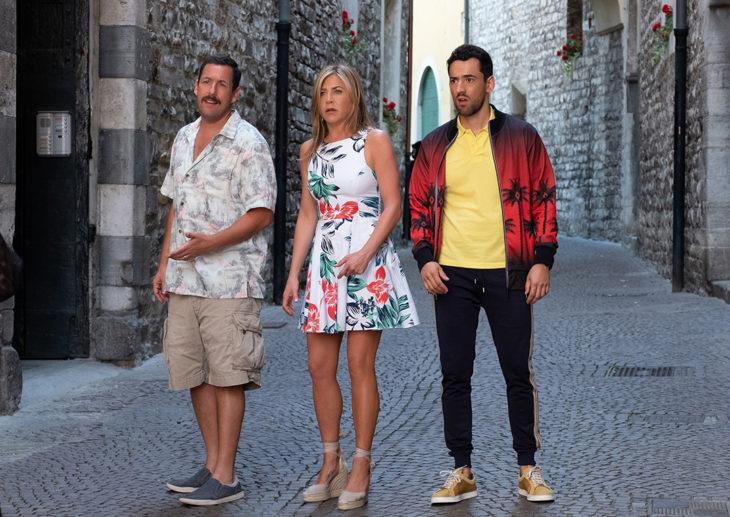 Adam Sandler, Jennifer Aniston y Luis Gerardo Mendez sorprendidos, escena de la película Misterio A Bordo
