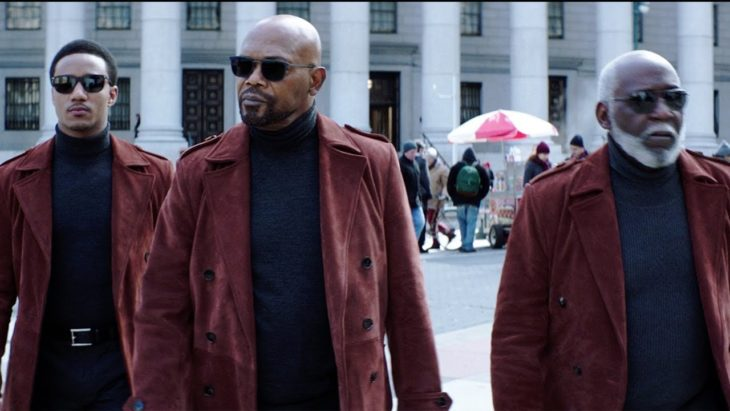 Samuel L. Jackson usando chaqueta colro vino, escena de la película Shaft