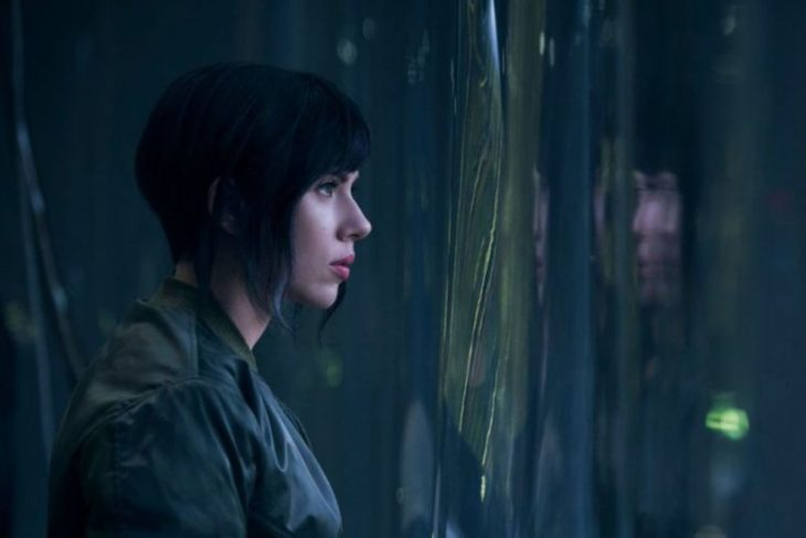Scarletth Johansson mirando a través de una ventana, escena de la película Ghost in the Shell