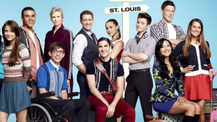 Elenco d ela serie Glee posando para una fotografía
