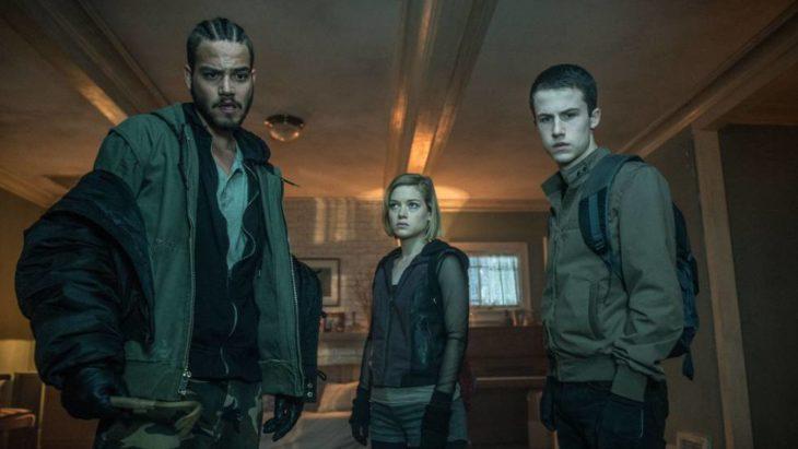 Grupo de jóvenes con mochilas parados a mitad de un pasillo, escena de la película No respires