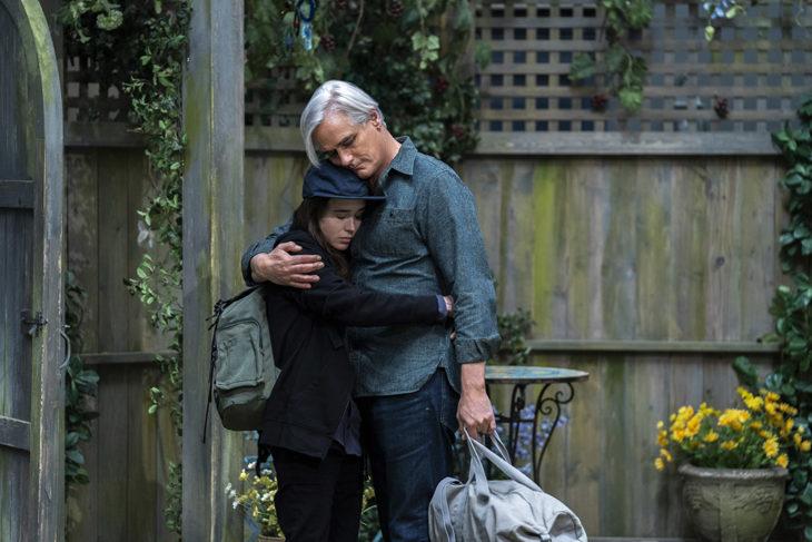 Ellen Page abrazando a un hombre mayor, escena de la película Historias de San Francisco