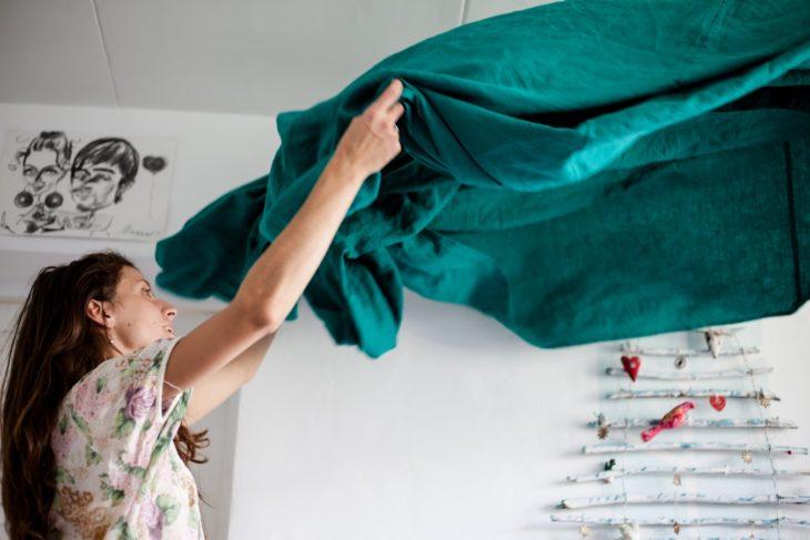 mujer tendiendo una cama